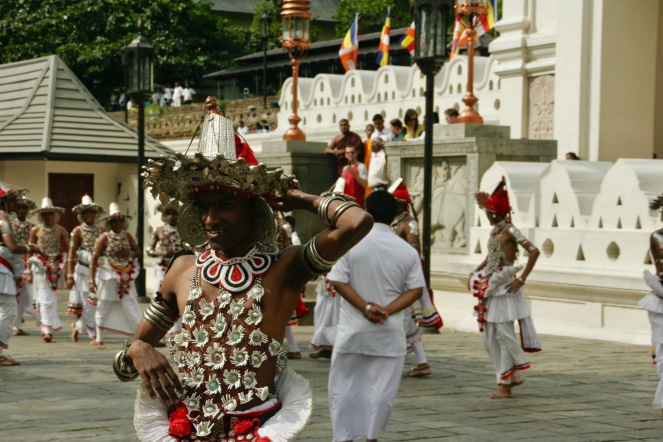 Tänzer bei einer Zeremonie vor dem Zahntempel
