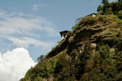 Tempel auf schroffen Felsen