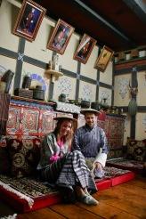 Traditionelle bhutanesische Kleidung - Gho für den Mann und Kira für die Frau