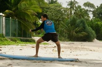 Trockenübungen auf dem Surfboard