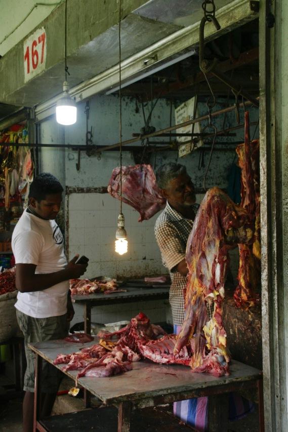 Von Hygiene keine Spur auf dem Markt in Kandy