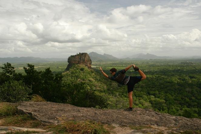 Wir testen unsere Yoga Skills auf dem Pidurangala Felsen