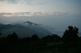 Wolkenverhangene Bergketten vom Poon Hill