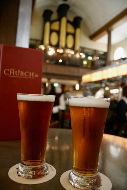 Bier trinken in einer Kirche in Dublin