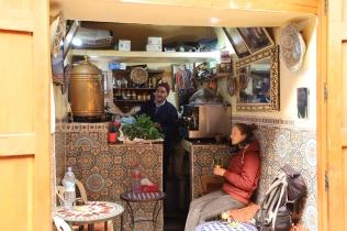 Fès - das wohl kleinste Café der Stadt