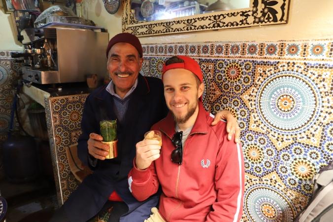 Fès - netter Barista freut sich über unseren Besuch