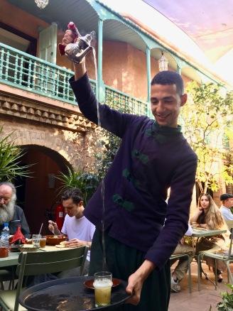 Marrakesh - Marokkanischer Minztee wird genau so eingegossen