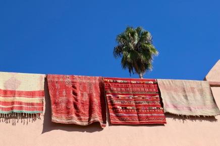 Marrakesh - Teppiche und blauer Himmel