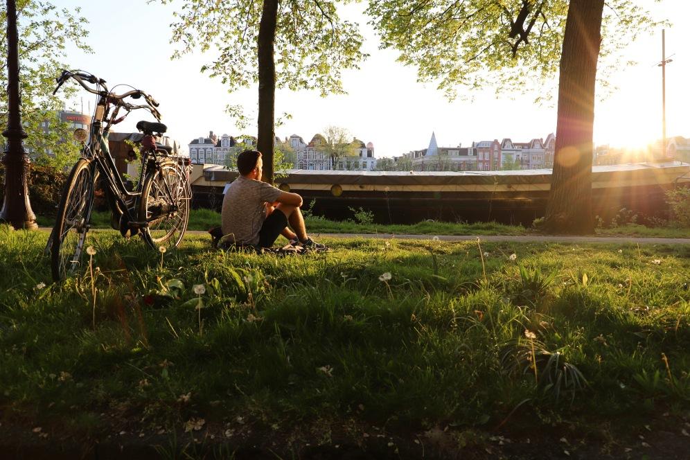 Genießen am Ufer des Amstel Flusses