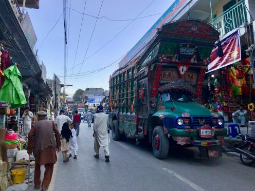 Busy Streets of Chitral - typische Trucks in Pakistan