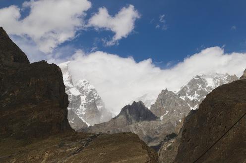 Das Hunza Tal ist umgeben von schneebedeckten Bergen