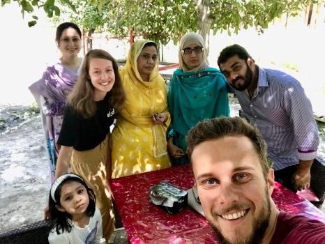 Familie aus Karachi im Osho Thang