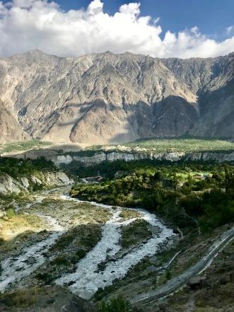 Hunza Fluss und das Dörfchen Minapin