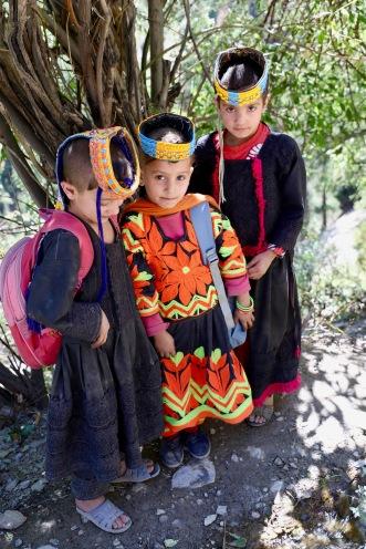 Kalash Kinder in den traditionellen Kleidern