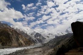 Nanga Parbat mit Gletscher und Schäfchenwolken