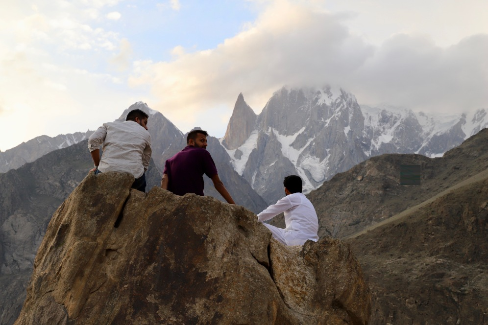 Pakistanis schauen auf den Fels namens Lady Finger