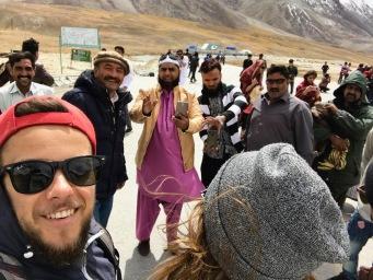 Pakistanis stehen an, um Selfies mit uns beiden zu machen