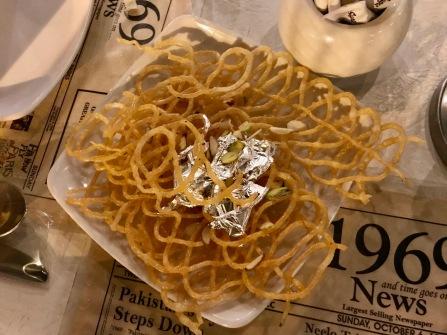 Vom Restaurant 1969 spendiertes Dessert namens Jalebi