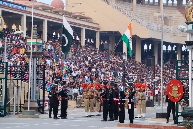 Die pakistanische und die indische Flagge werden gehisst